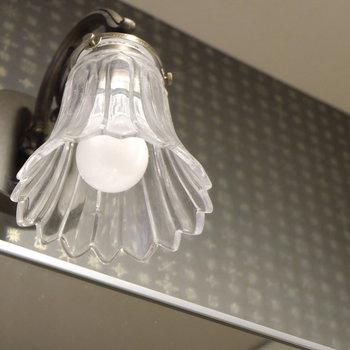 洗面台上にもメルヘンな照明※写真は同じ間取りの別部屋です。