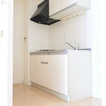 真っ白キッチンって絵になりますね。(※写真は7階の同間取りの別部屋のものです)