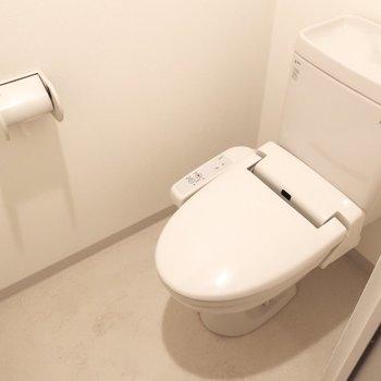 トイレにはしっかりウォシュレットもね。(※写真は7階の同間取りの別部屋のものです)
