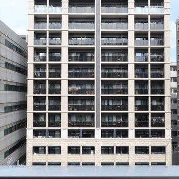 眺望はお向かいのマンションさん。(※写真は7階の別部屋からのものです)