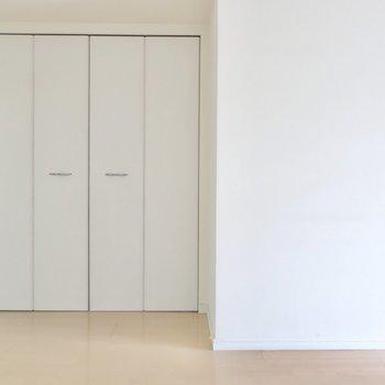 扉も白でシンプルスタイル。(※写真は7階の同間取りの別部屋のものです)