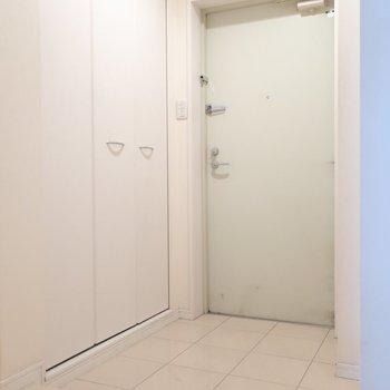 玄関のシンプルさも魅力的♥(※写真は7階の同間取りの別部屋のものです)