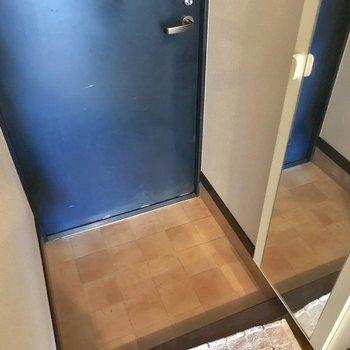 玄関の姿見嬉しいポイント♪(※写真は1階の反転間取り別部屋、モデルルームのものです)
