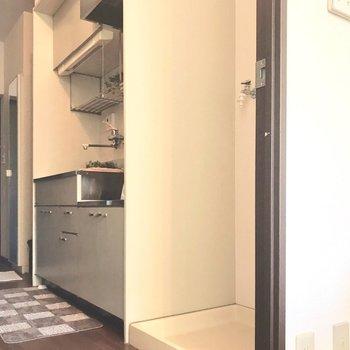 キッチンの隣に洗濯パン。(※写真は1階の反転間取り別部屋、モデルルームのものです)