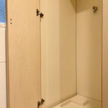 【LDK】さらに隣は、扉付きの洗濯機置き場になります。