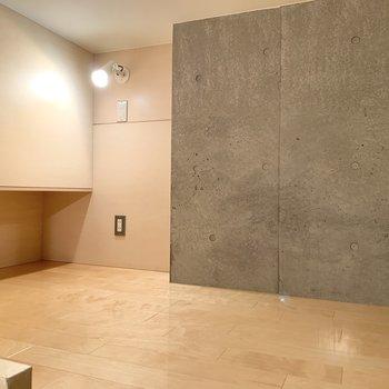 【洋室5.7帖】ロフトまでコンクリ壁です。