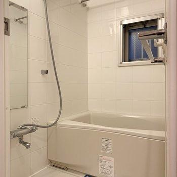 浴室乾燥機つきです。