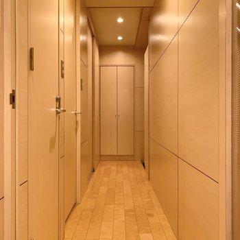 廊下も木の温もりを感じますね。
