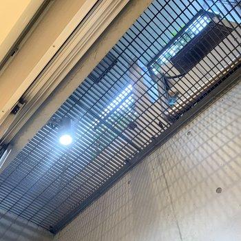 【洋室13.4帖】見上げると1階のバルコニーになります。