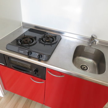 真っ赤なシステムキッチン完備!