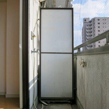 洗濯機置場はベランダです。 ※写真は403号