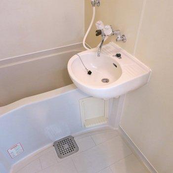 洗面台は浴室にあります。 ※写真は403号