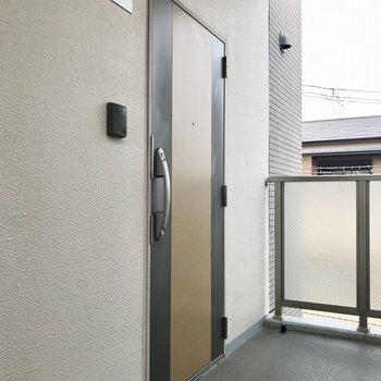スッキリとした面持ち※写真は306号室の玄関前