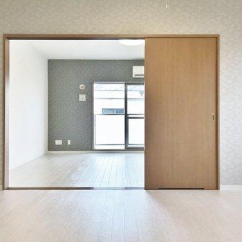 仕切り扉を開くと、より広い※写真は306号室