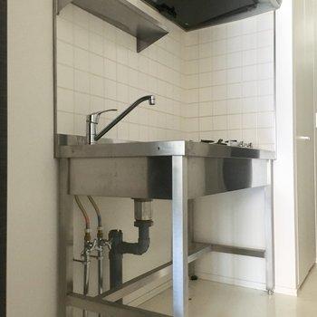 オープン収納のステンレス・キッチンがスタイリッシュ。※クリーニング前の写真です
