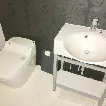 タンクレスのウォシュレット・トイレに、洗面台もおしゃれタイプ※クリーニング前・通電前の写真です
