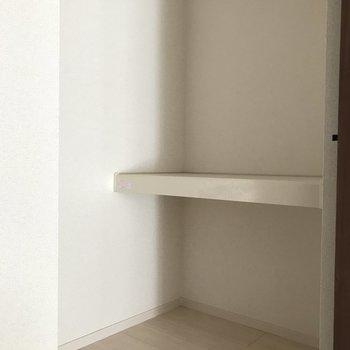 棚にはカラーボックスなどを置いて更に収納力アップを。