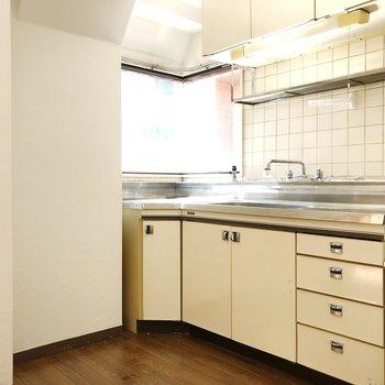 キッチンは贅沢な広さ。この窓ツボです。