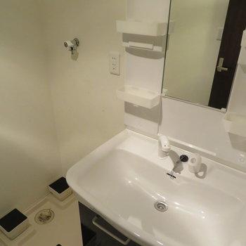 ゆったり洗面台と脱衣所になります。