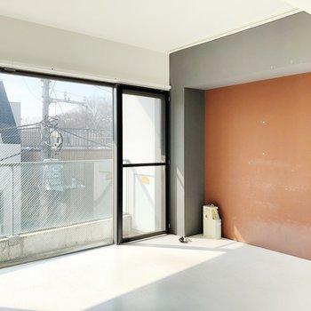 渋い色の壁とここも大きな窓!