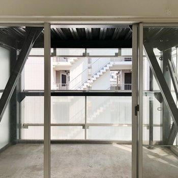大きな窓と大きなベランダがついているお部屋です