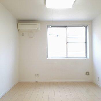 1階キッチンから!白い♪※写真は2階の同間取り別部屋です