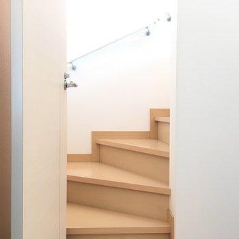 こちらは2階へ上る階段!※写真は2階の同間取り別部屋です