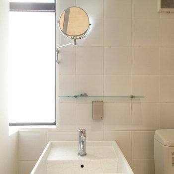 洗面台。こんなところにも窓がある!