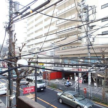 電線が結構混み合ってる。大きな建物もあり、直射日光はあまり入ってきません。