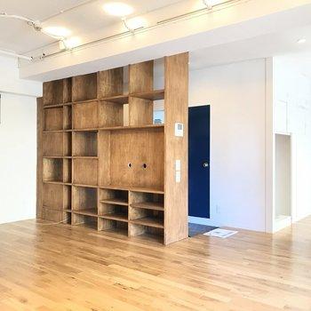 紺色の扉と味のある棚。※写真は前回募集時のものです