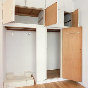 洋室の棚と洗濯機置場。※写真は前回募集時のものです
