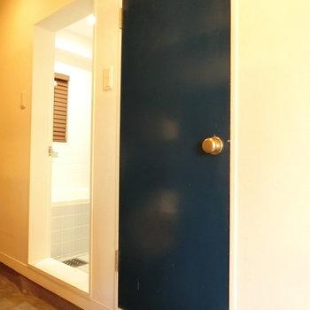 トイレの紺色の扉。※写真は前回募集時のものです