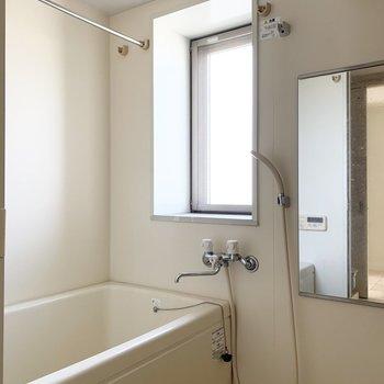 浴室は窓があって明るい空間。浴室乾燥機も付いています。(※写真は12階の同間取り別部屋のものです)