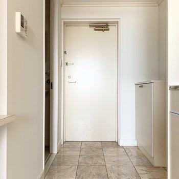 玄関はフラットな空間。(※写真は12階の同間取り別部屋のものです)