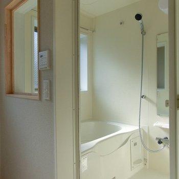 浴室乾燥機能のあるお風呂はガラス窓付。※前回募集時のものです