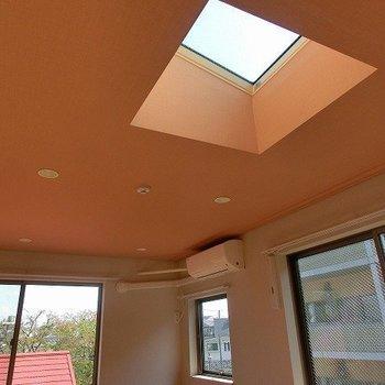 オレンジの天井にはぽっこりと天窓が!!※前回募集時のものです