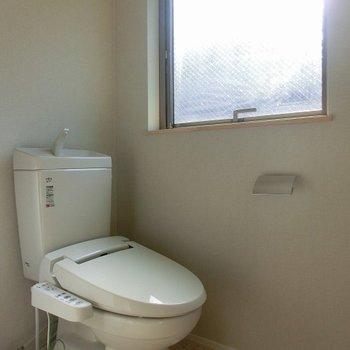 大きな窓の付いた明るいトイレ!※前回募集時のものです