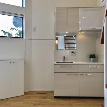 シンプルな家具がこの部屋には合いそう