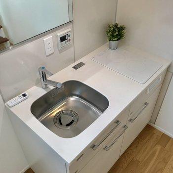 キッチンに鏡が付いているので、料理以外の用途でも使えそう