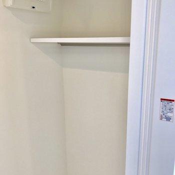 洗濯機置場の上には収納棚。洗剤や洗濯物が置けるのは嬉しい
