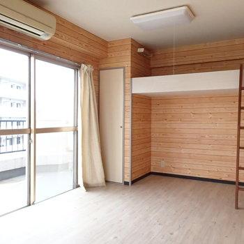 二面採光で明るいお部屋。本物の木材ではなく、木目の壁紙です!