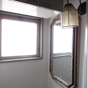 これまた雰囲気のある照明と鏡が置いてありました。