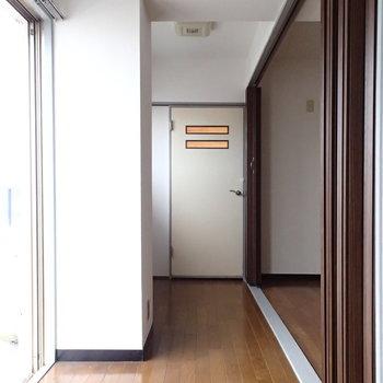 バルコニー側に廊下っぽい空間があります。