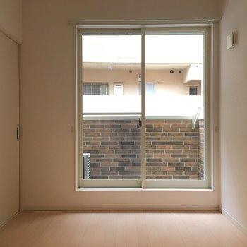 お部屋からかわいいレンガの壁がチラリ。