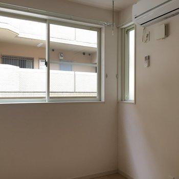 洋室には大小の窓。