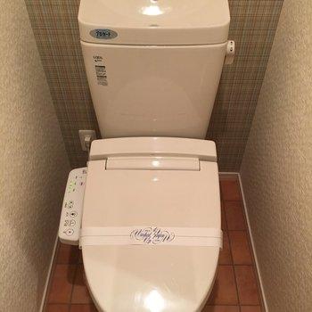 トイレの床と壁紙が素敵。ウォシュレット付きです。