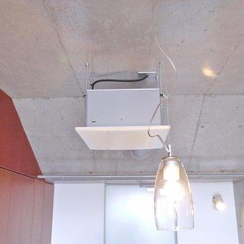 無骨な天井にアンティーク感のある照明。※写真は別の部屋のもの
