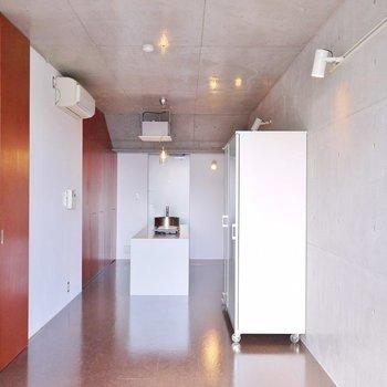 コンクリート打ちっ放しのシャープなデザイン。※写真は別の部屋のもの