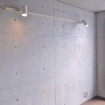 コンクリートの壁にダウンライト。※写真は別の部屋のもの