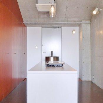 スマートにきめたキッチン。※写真は別の部屋のもの
